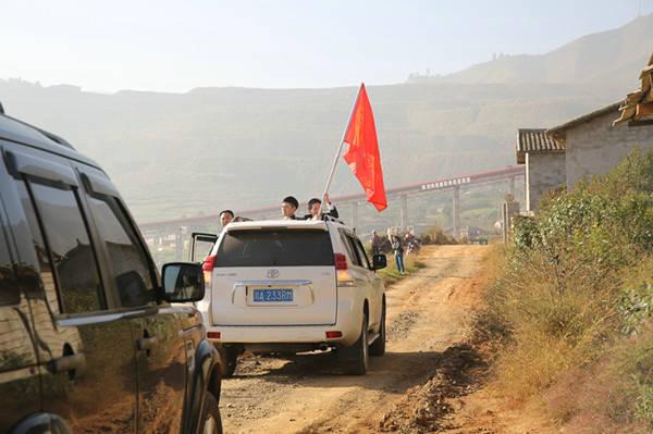 西昌巴黎人彩票希望小学车队驶入甘洛村村口