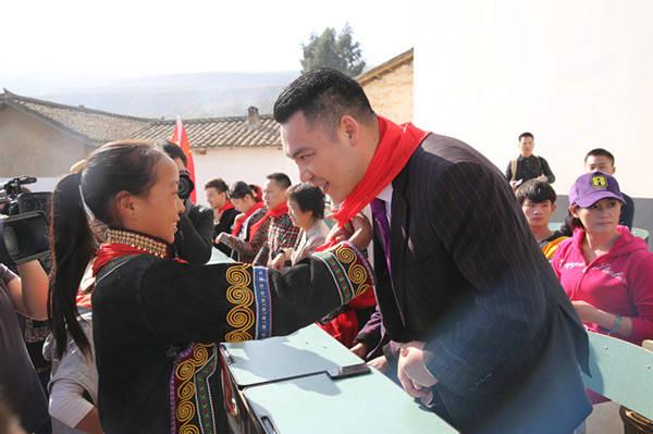 西昌巨海希望小学学生给成杰老师系红领巾