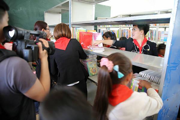 西昌巨海希望小学师生在图书馆翻阅书籍