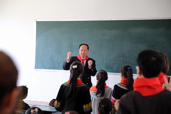 西昌巨海希望小学师生在教师里互动