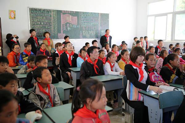 西昌巨海希望小学师生在听课