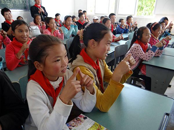 西昌巨海希望小学学生听课