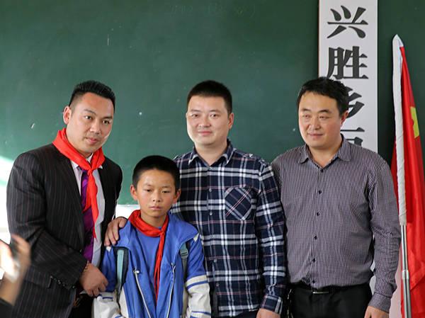 西昌巨海希望小学成杰与师生在教室里合影