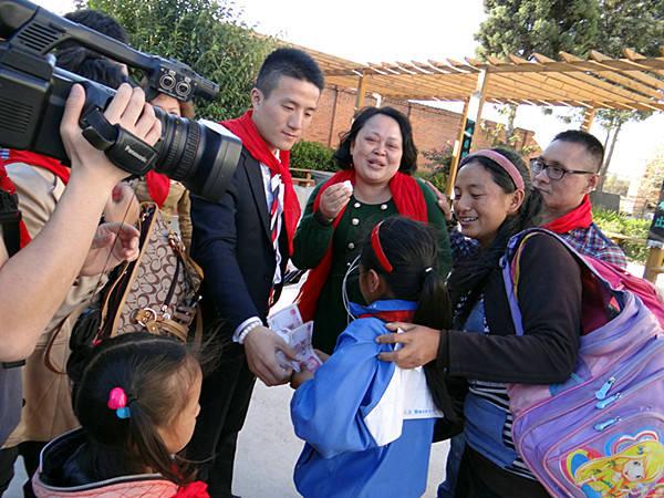 西昌希望小学巨海高管资助贫困学生